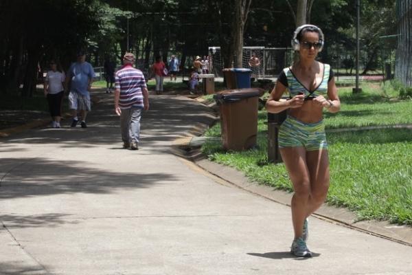 Miss Bumbum 2013 se exercita com pernas e barriga à mostra