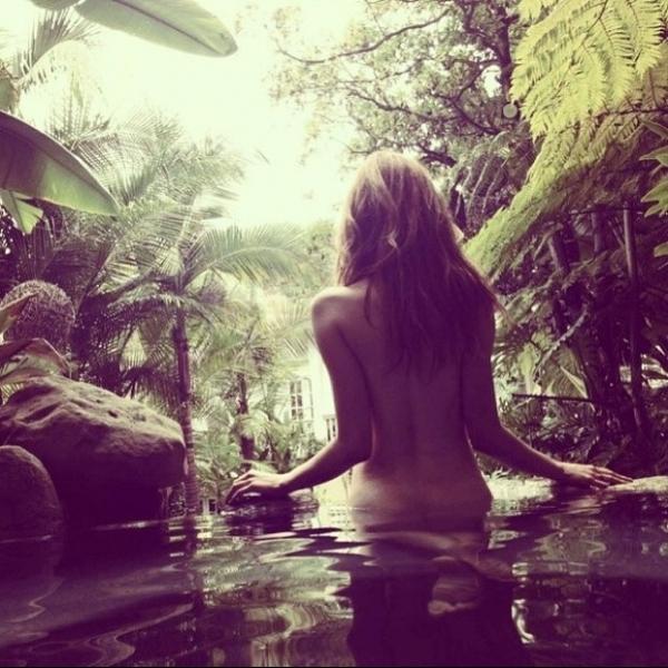 Yasmin Brunet posta foto saindo nua da água