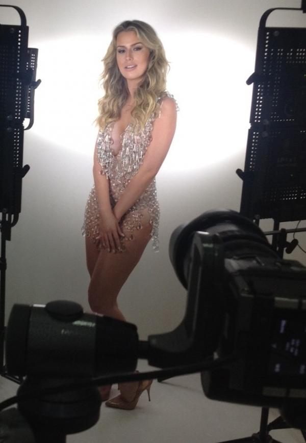 Fernanda Keulla posa  sexy em ensaio com  modelito transparente