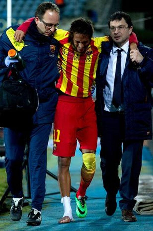 Neymar se machuca, Messi faz dois e Barça segue na Copa Rei