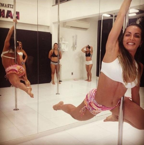 Rainha de bateria, Carla Prata exibe corpo sarado em pole dance