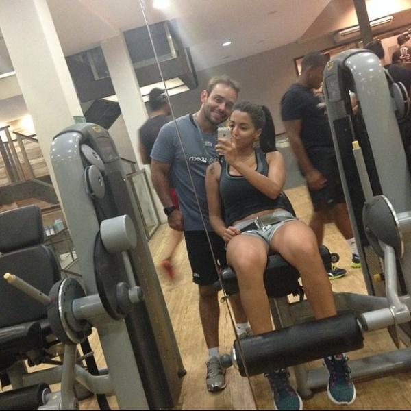 Sem pregui軋! De shortinho, Anitta malha perna em academia no Rio