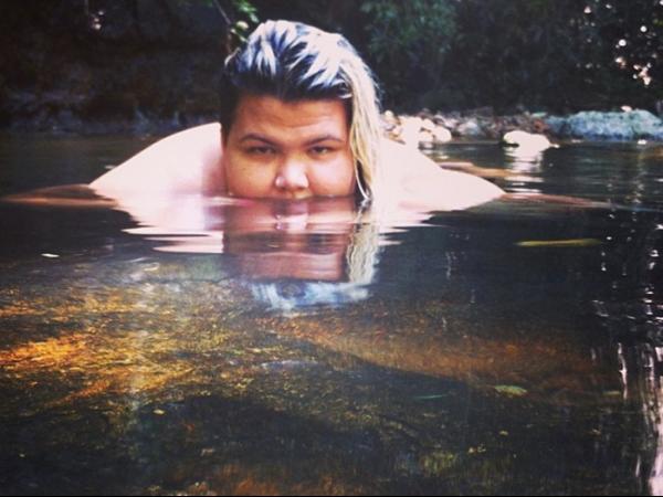 Show de autoestima! De biquíni, Gordinha Esquema sensualiza em cachoeira