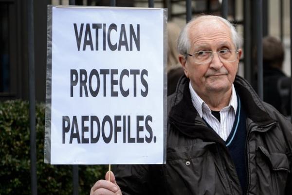 Vaticano admite exist麩cia de autores de abusos contra crian軋s no clero