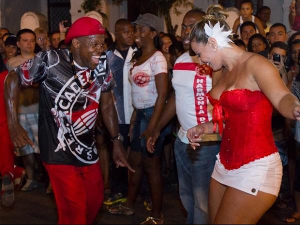 Viviane Araujo usa corpete decotado e saia curtíssima em noite de samba