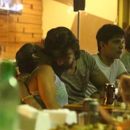 Dany Bananinha e Mariano devoram frango e trocam beijos apaixonados