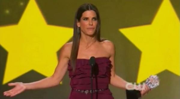 Interrompida em discurso de prêmio, Sandra Bullock solta palavrão no palco