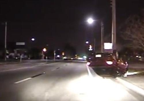 Policial flagra jovem usando celular ao dirigir e capotando o carro nos EUA