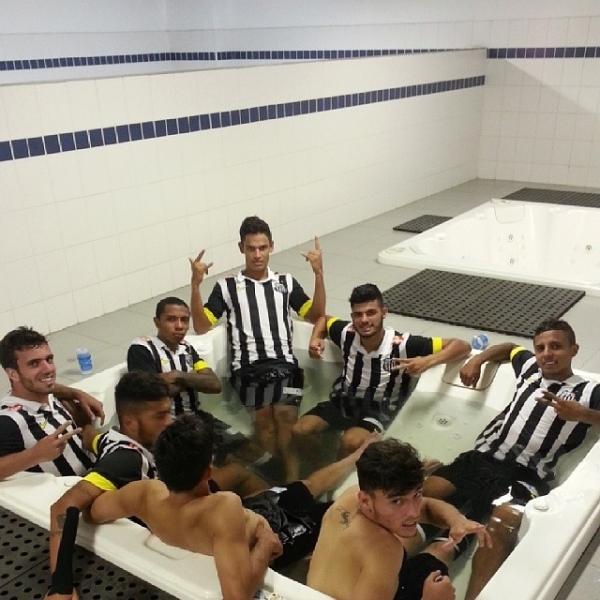 Após vitória na Copinha, molecada do Peixe curte banheira no vestiário