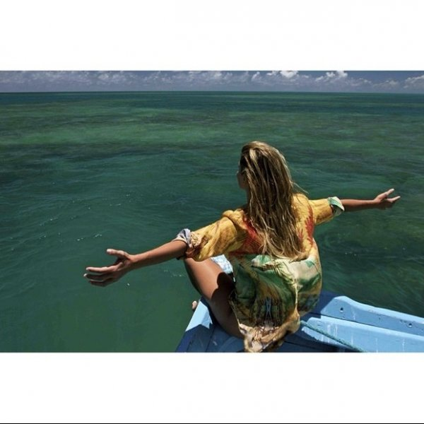 Deborah Secco posa em barco e seguidores da atriz na web a elogiam