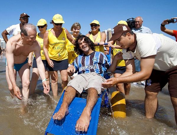 Governador do RS entra de sunga no mar após evento