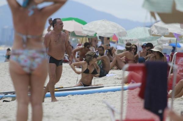 Grazi se refresca com banho de mar e mostra corpão em praia do Rio
