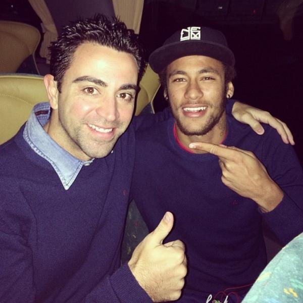 Neymar parabeniza Xavi pelos 700 jogos no Barça: