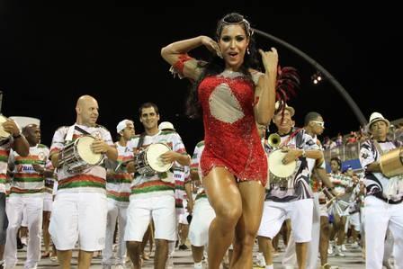 Gracyanne Barbosa e Ellen Rocche mostram corpão em ensaio de samba