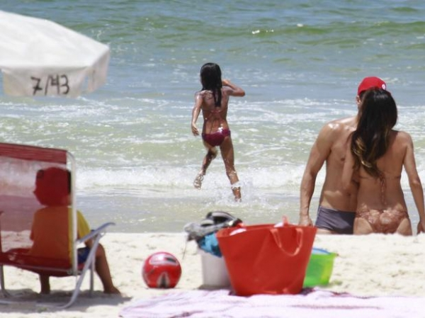 Márcio Garcia curte dia de praia com a família no Rio