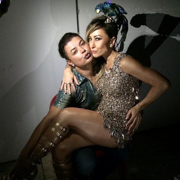 Sabrina Sato quase mostra demais em foto no colo de David Brazil