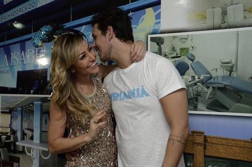Sabrina Sato troca beijos com namorado na quadra da Vila Isabel