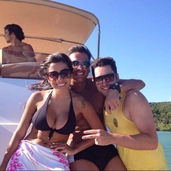 De biquíni, Anitta exibe boa forma em passeio de barco: