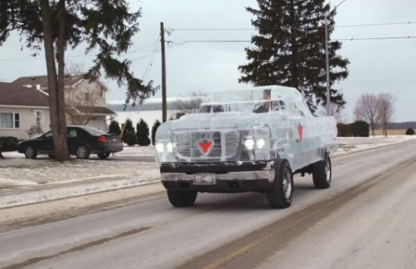 De olho em recorde, empresa canadense constrói picape de gelo