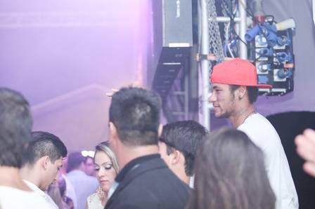 Loira fotografada com Neymar nega affair; amiga diz que ele não usava aliança de compromisso com Bruna Marquezine