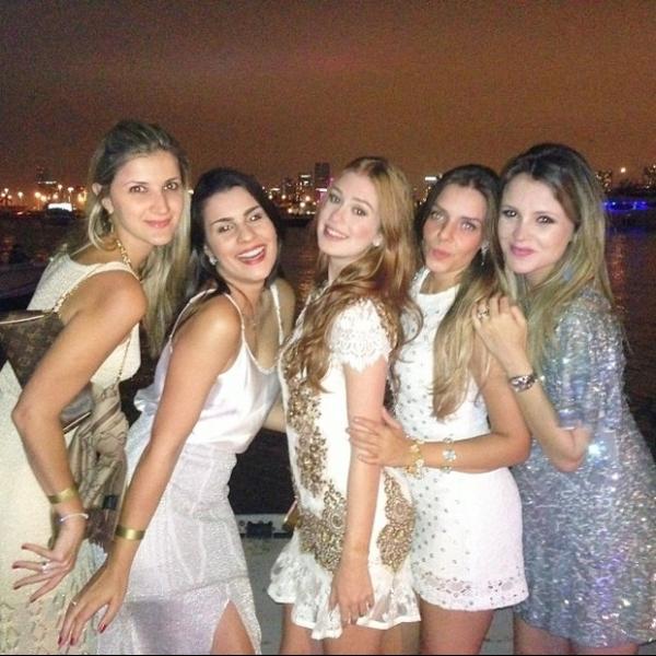 Marina Ruy Barbosa posa ao lado das amigas durant o réveillon em Miami