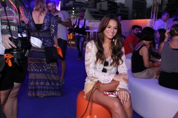 Bruna Marquezine exibe pernões em show