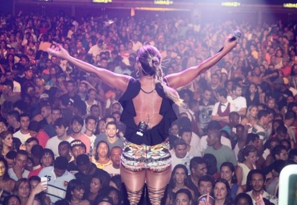 De shortinho, Valesca Popozuda lota casa de shows em apresentação no Rio