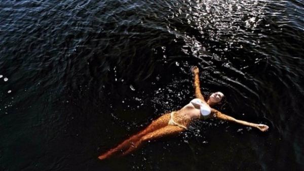 Deborah Secco exibe corpo de biquíni durante banho de mar nas suas férias