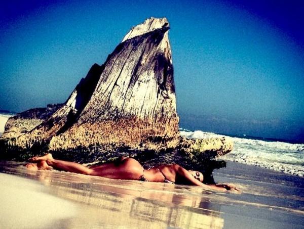Em praia no México, namorada de Cristiano Ronaldo mostra corpão em fotos de biquíni na praia