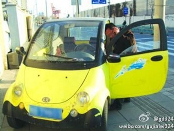 Motorista é multado por dirigir carro falso com placa de papelão na China