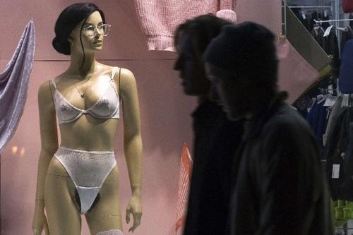 Rede americana deixa à mostra pelos pubianos em manequins