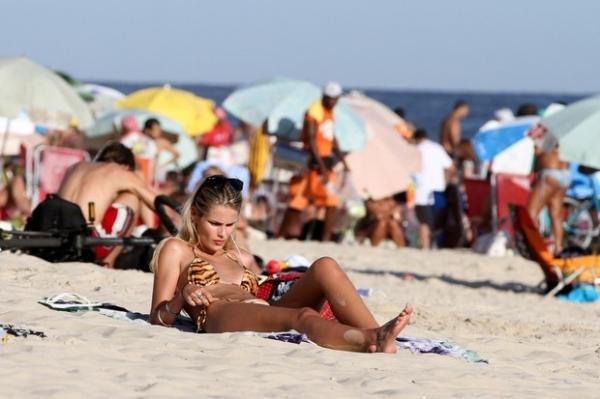 Yasmin Brunet exibe sua boa forma em dia de praia no Rio
