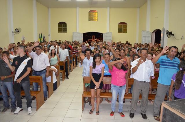 Vera Mendes: Fiéis lotam igreja no último dia de novena do padroeiro São Sebastião.