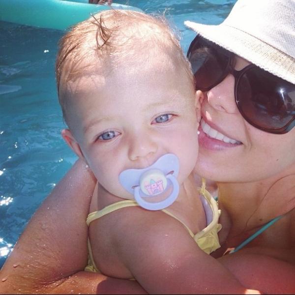 Fofura! Sheila Mello curte piscina com a filha