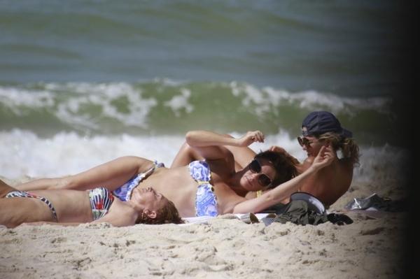 Giovanna Antonelli reforça bronzeado em dia de praia com sua mãe