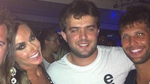 Nicole Bahls badala com amigos mas deixa festa sozinha com Gustavo Leão