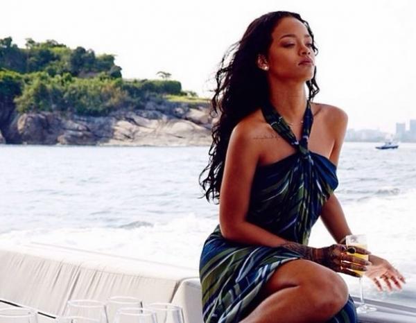 Rihanna sensualiza em barco no Brasil e posa de topless