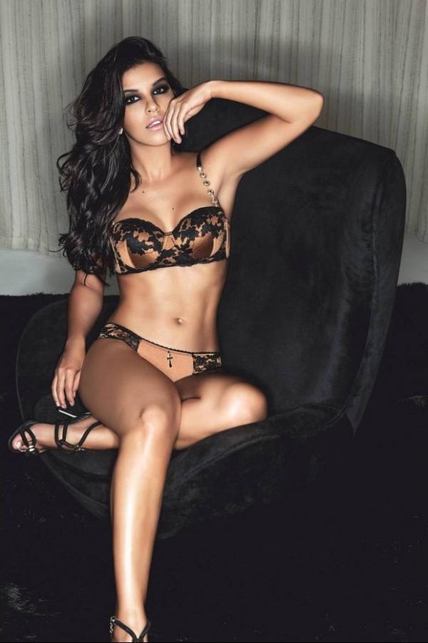 Sensual, Mariana Rios mostra suas curvas em foto de lingerie