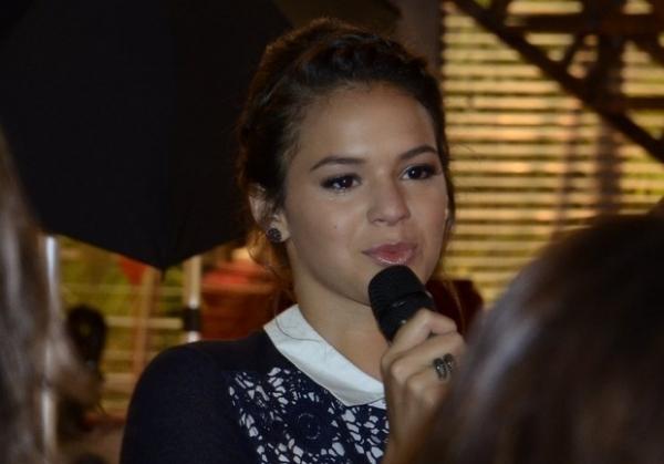 Bruna Marquezine se emociona e vai às lágrimas em coletiva de novela