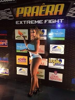 De maiô, Andressa Urach atrai olhares em evento de luta
