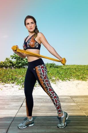 Monique Alfradique deixa barriga à mostra em ensaio fitness