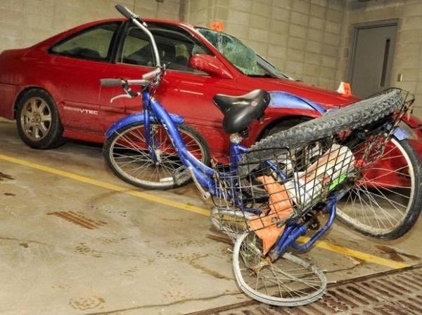 Motorista atropela ciclista e segue trafegando sem vê-lo no para-brisa