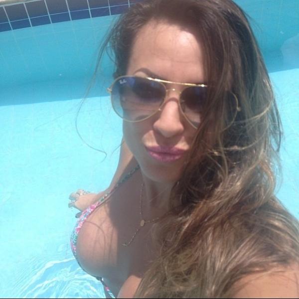 Ex-BBB Michelly mostra decotão em dia de piscina