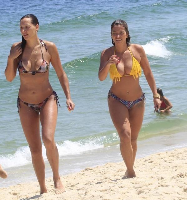 Ex-BBBs Analy e Fani curtem praia com ex-affair de Caio Castro