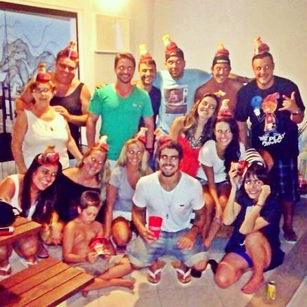 Maria Casadevall e Giovanna Lancellotti organizam festinha de aniversário surpresa para Caio Castro