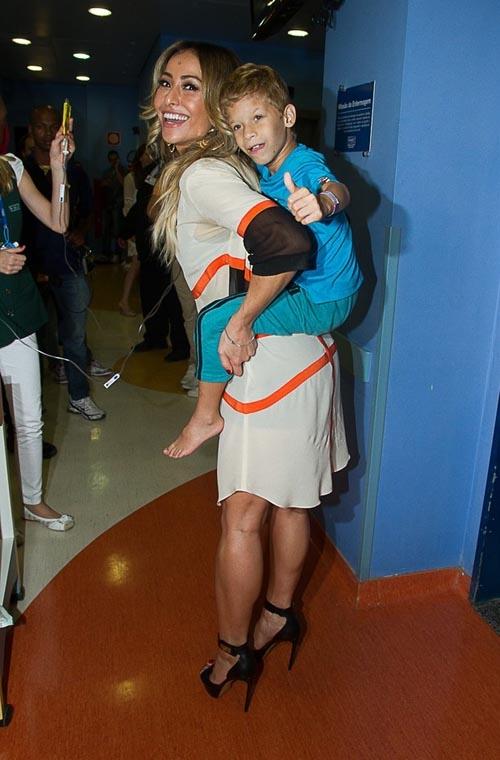 Sorridente, Sabrina Sato faz a alegria de  crianças com câncer