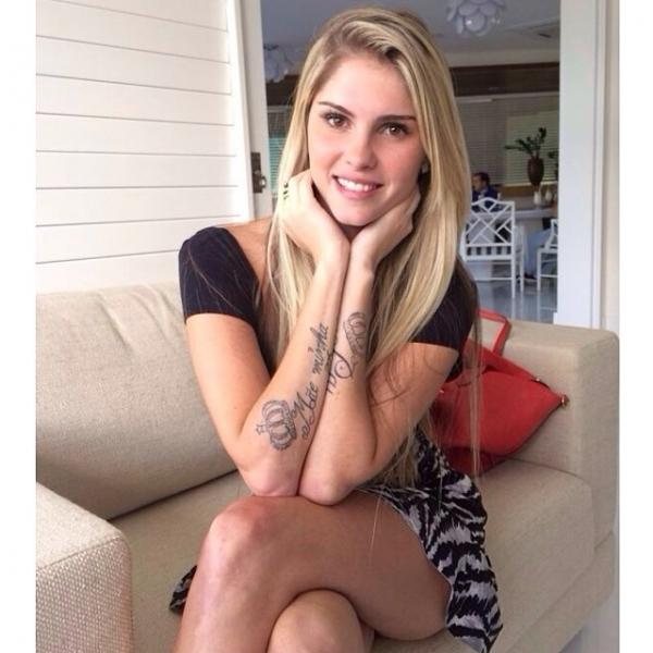Bárbara Evans mostra tatuagem e dispara: