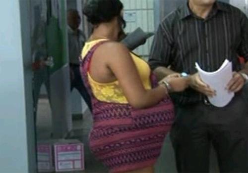 Grávida de nove meses é presa com arma exclusiva da polícia em Manaus