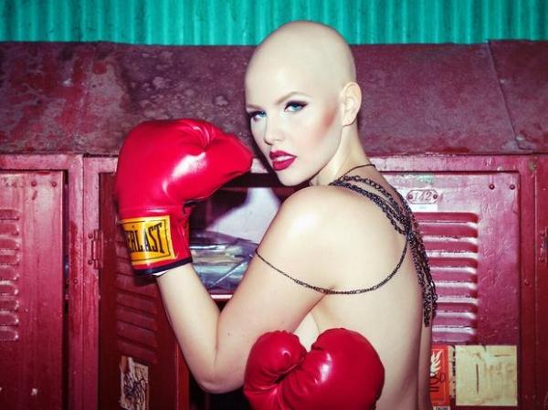 Modelo plus size que enfrenta câncer posa para campanha de lingerie