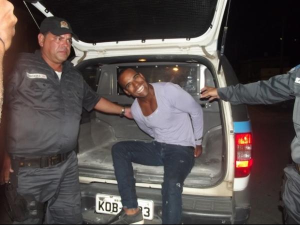 Suspeito sorri para câmera no momento da prisão em Cabo Frio, RJ